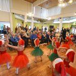 Kinderen dansen en zingen tijdens kerstoptreden voor bewoners Borgstede