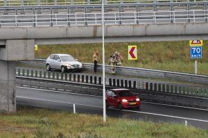 Auto maakt draai op verbindingsweg van A15 naar Rotterdam