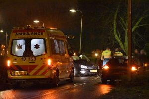 Auto's botsen op elkaar in bocht Middeldijk, vrouw naar ziekenhuis