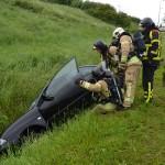 Vader en zoon belanden met auto in slootje langs Sweelincklaan in Barendrecht