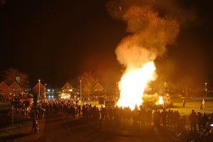 Grote stapel kerstbomen in vlammen op langs de Portlandse Baan