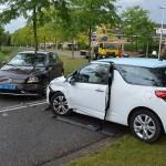 Aanrijding tussen twee auto's in de bocht van de Dudokdreef in Barendrecht