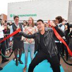 Jan Smit opent vernieuwde Pearle: Honderden fans op de Middenbaan
