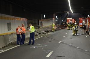 GRIP 2: Grote brand bij ongeluk vrachtwagen en personenauto in Heinenoordtunnel (Barendrecht/Heinenoord)