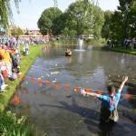 Wedstrijd met 1500 badeendjes tijdens Duckrace 2013 in Barendrecht