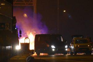 Rookgordijn trekt over snelweg bij blussen van autobrand op A15