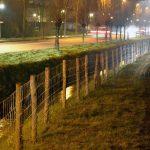Eerste hekwerk geplaatst langs losloopgebied voor honden aan de Sweelincklaan