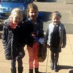 Kinderen Het Kompas verkopen klavertjes 4 voor Kinderen van de Voedselbank