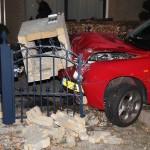 Auto ramt pilaar in voortuin aan de Ziedewijdsedijk in Barendrecht