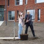 Eerste boom geplant bij Calvijn Groene Hart in Barendrecht