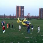 Traumahelikopter voor noodsituatie met baby aan de Riederbunder in Barendrecht