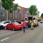 Auto klapt op geparkeerde auto aan de Noordersingel in Barendrecht