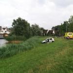 Auto net niet het water in na botsing met boom en lantaarnpaal Sweelincklaan, Barendrecht