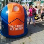 Oranje/blauwe plastic afval container (Sportpark de Bongerd, Barendrecht)