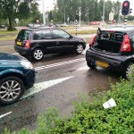 Kop-staart aanrijding met 3 auto's op de Dierensteinweg in Barendrecht