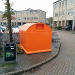 Drie oranje containers terug voor plastic afval inzameling (Foto: Container op het Muziekplein)