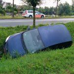 Auto vanaf Sweelincklaan tussen bomen door slootje in