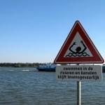 Waarschuwingsbord gevaren zwemmen Oude Maas geplaatst