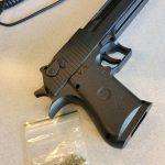 Nepwapen en drugs aangetroffen in voertuig aan de Vrijenburgweg