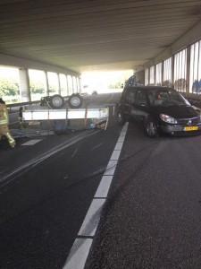 Aanhanger omgeslagen op A15 van Barendrecht richting Ridderkerk