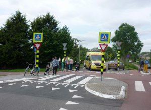 Gewonde bij ongeval met auto en scooter op fietspad kruising Middeldijk