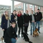 Studenten Edudelta laten bewoners Elf Ranken met honden knuffelen (Barendrecht)