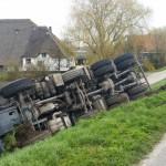 Vrachtwagen rijdt van Achterzeedijk in Barendrecht