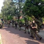 Militairen van Ghentkazerne wandelen door Barendrecht