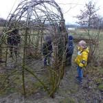 Huttenbouwcursus voor kinderen in natuurgebied Koedood