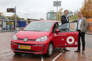 Deelauto van Greenwheels op NS Station Barendrecht