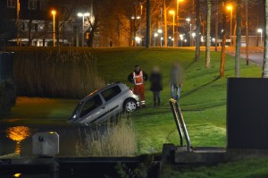 Auto rolt de sloot in langs de Ouvetureweg in Barendrecht