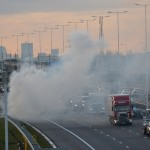 Auto in brand, rookgordijn trekt over snelweg A15 in Barendrecht (Carnisselande)