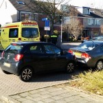 Auto's botsen op Serenadelaan in Barendrecht, kindje gecontroleerd in ambulance